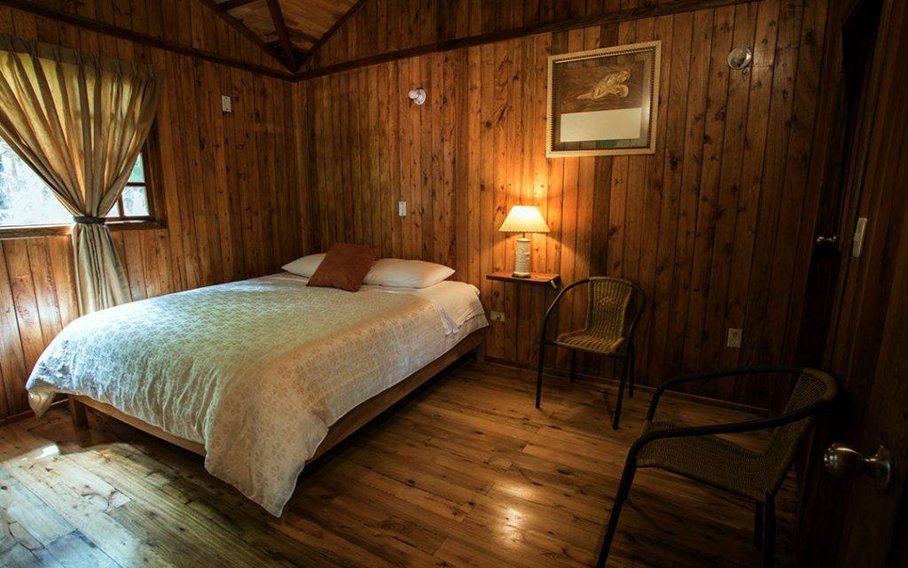 cabana-matrimonial-hoteles-hospedaje-hosterias-mindo-lugares-relajantes-para-viajar-en-ecuador